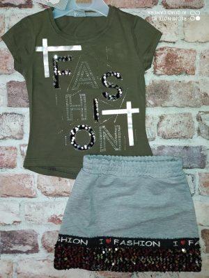 Комплект тъмно зелена блуза с къс ръкав и сива пола с пайети в долната част.