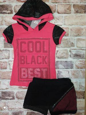 Летен комплект цикламена тениска с мрежести ръкави и качулка и черни къси панталони с мъниста по тях