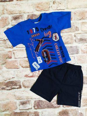 Синя тениска с надпис и тъмно сини къси панталони