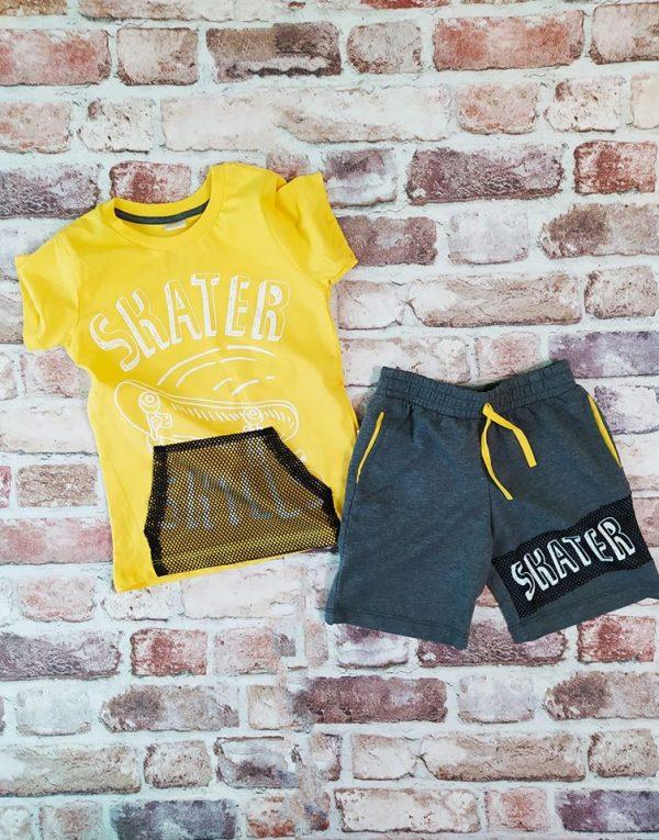 Летен комплект жълта тениска с надпис и щампа скейтборд къси сиви панталони с джоб