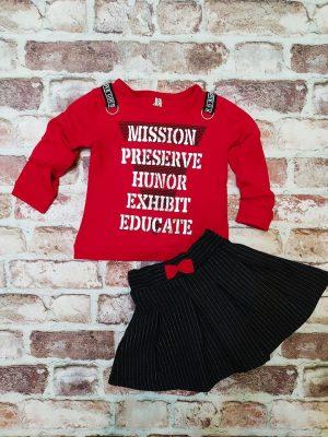 Червена блуза с надписи, черна пола с панделка