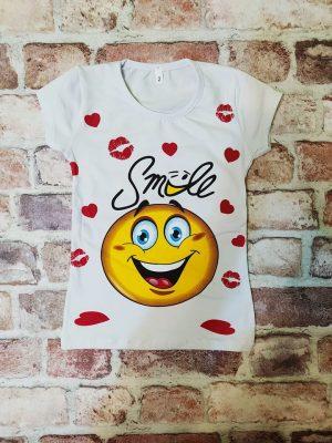 Бяла тениска с усмихната емотикона и сърца