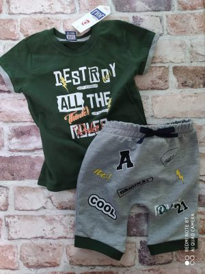 Летен комплект зелена тениска с тик-так закопчаване и къси сиви панталони тип потур