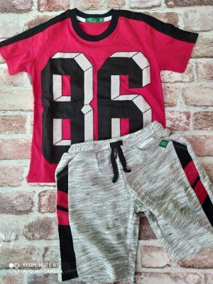 Летен комплет, състоящ се от червена тениска с цифри и сиви къси панталони с джобове и връзки