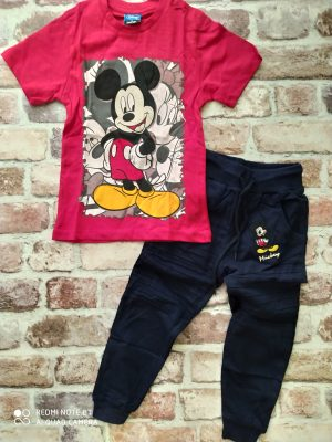Червена тениска Мики Маус, тъмно синьо долнище