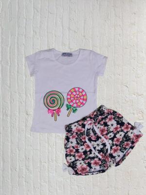 Комплект за момиче бяла блузка с близалки и къси панталони с флорални мотиви.